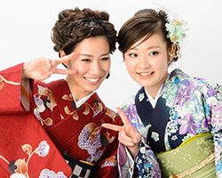 着物を着た女性二人のピース写真