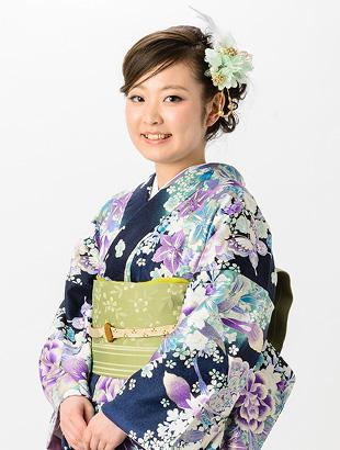 薄い紫色の花をあしらった着物を着た女性
