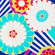白と赤の花をあしらった青色ベースの生地