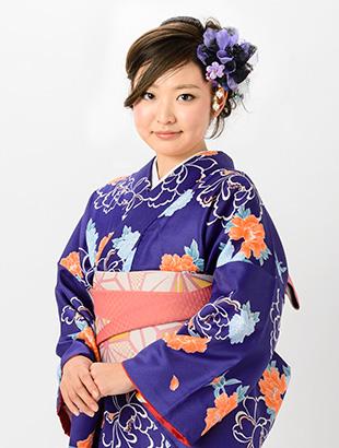 紫色の着物を着た女性