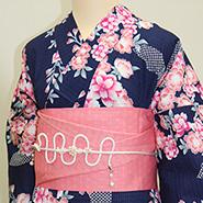 紺色とピンク色の着物