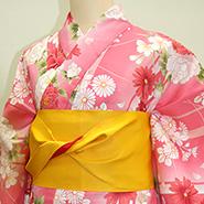 濃いピンク色の着物