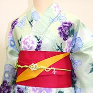 紫色の花柄デザインの着物