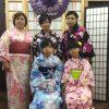 着物を着た女性の団体撮影風景