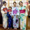 カラフルな着物を着て撮影する四人組