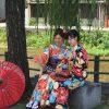 着物を着て座って撮影する女性二人