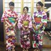 カラフルな着物を着て撮影する三人組