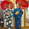 着物姿で記念撮影する女性二人