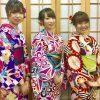着物を着て記念撮影する女性三人組