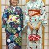 着物姿を記念撮影する女性二人